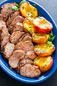 Marineret-Grilled-Mørbrad-Grillede-Ferskner-med-Hjemmelavet-Pesto-Sauce