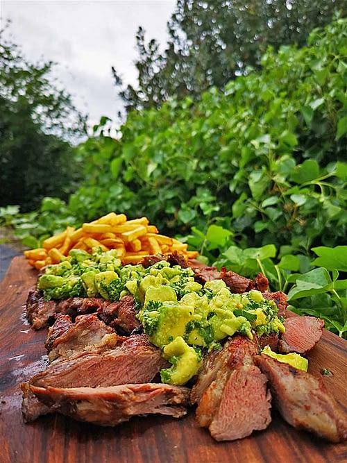 Grilled-Pluma-med-Avocado-Chimichurri-Fritter